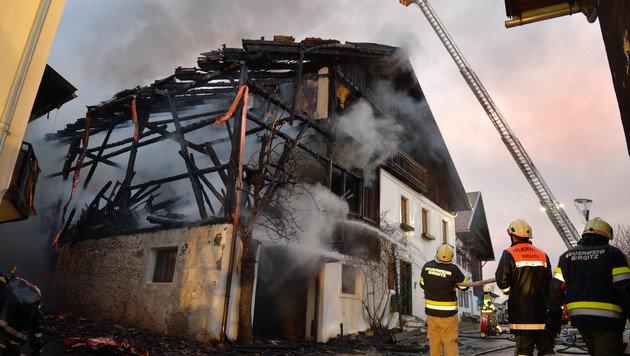 Das Gebäude ist aufgrund des Feuers einsturzgefährdet. (Bild: zeitungsfoto.at/Liebl Daniel)