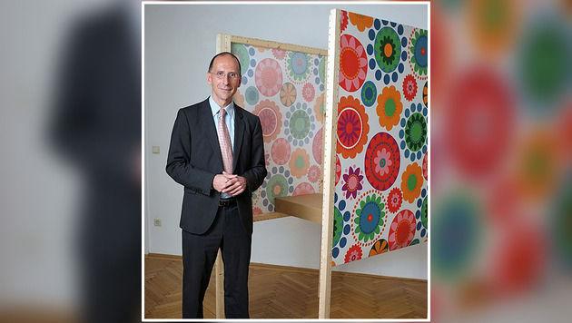 Peter Filzmaier posiert vor der Wahlkabine. (Bild: IKEA)