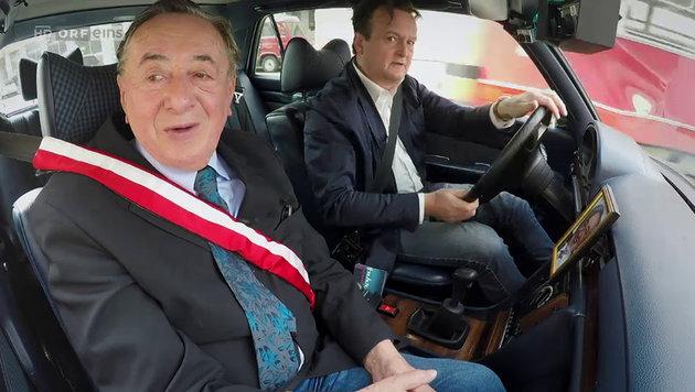 """Richard Lugner auf """"Wahlfahrt"""" mit Hanno Settele (Bild: ORF)"""