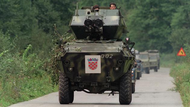 Kroatische Soldaten vor Knin (Bild: DAVID BRAUCHLI/AFP/picturedesk.com)