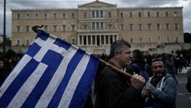 Griechisches Parlament stimmte EU-Türkei-Pakt zu (Bild: APA/AFP/ARIS MESSINIS)