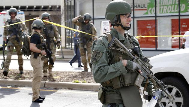 Großes Sicherheitsaufgebot nach der Schießerei (Bild: AP)