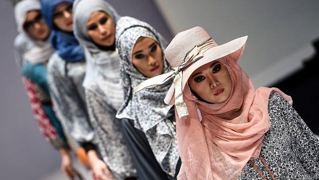 Islamische Mode wird mittlerweile auch auf vielen Laufstegen - hier in Malaysia - präsentiert. (Bild: AFP)