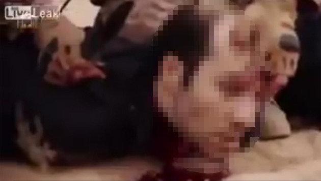IS wirbt auf Twitter mit Kopfabschneide-Videos (Bild: LiveLeak)