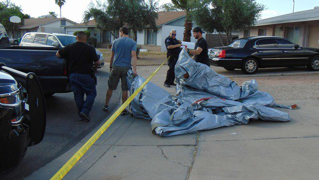 Arizona: Flugzeug-Notrutsche st�rzt auf Hausdach (Bild: APA/AFP/Andrea Self)