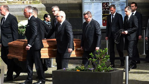 Emotionaler Abschied von Guido Westerwelle (Bild: APA/AFP/PATRIK STOLLARZ)