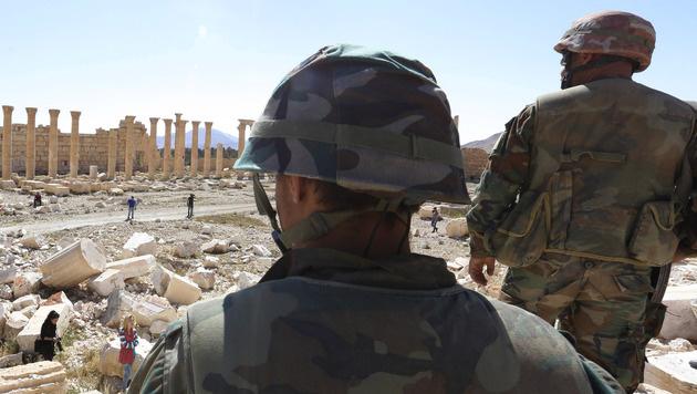 Massengrab am Stadtrand von Palmyra entdeckt (Bild: AP)