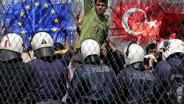 Ein Flüchtling protestiert im Lager Moria auf Lesbos gegen seine geplante Abschiebung in die Türkei. (Bild: APA/AFP/STR, thinkstockphotos.de)