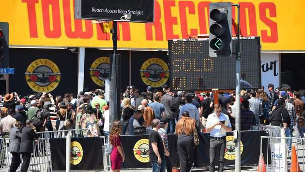 Fans vor dem Tower-Records-Gebäude am Sunset Strip (Bild: APA/AFP/Robyn Beck)