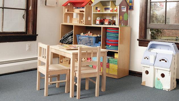 Dreijähriges Mädchen in Kindergartenbus vergessen (Bild: thinkstockphotos.de)