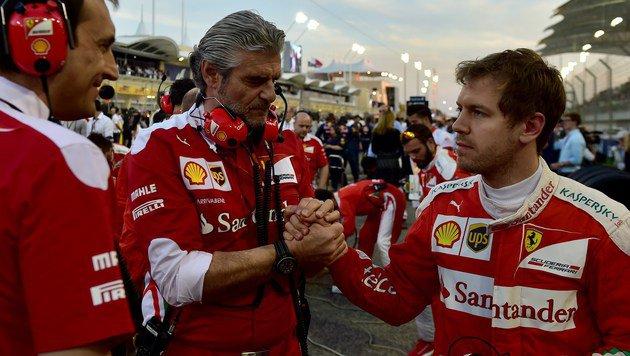 Ob der Trost von Teamchef Arrivabene bei Vettel ankommt? (Bild: APA/AFP/ANDREJ ISAKOVIC)