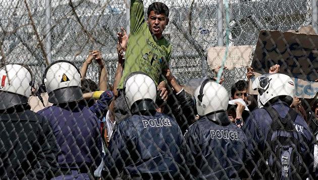 Ein Flüchtling protestiert in einem griechischen Lager gegen seine Abschiebung in die Türkei. (Bild: APA/AFP/STR)