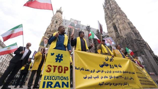 Protest gegen Rohani in der Wiener Innenstadt (Bild: APA/AFP/JOE KLAMAR)