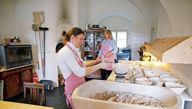 Moni und Irene backen fast jeden Tag im Holzofen frisches Brot. (Bild: Reinhard Holl)
