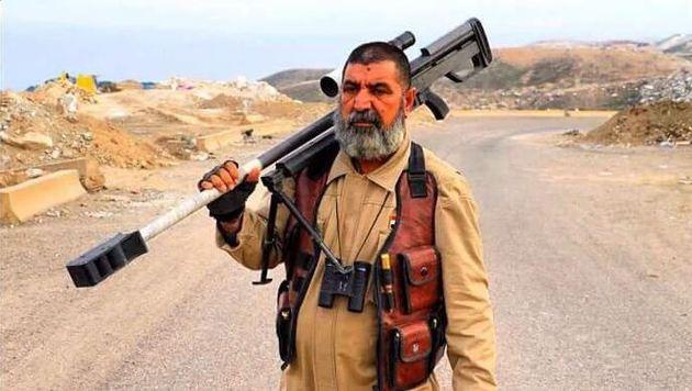 Der 62-j�hrige Scharfsch�tze Abu Tahseen mit seinem Gewehr (Bild: Twitter.com/Haidar Sumeri)