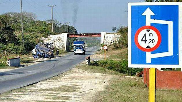 Auf diesem Straßenabschnitt kam es bei der Unterführung zu dem dramatischen Unglück. (Bild: APA/ESCAMBRAY/VICENTE BRITO)
