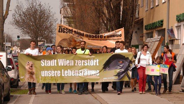 Tierschützer, Anrainer, Bezirksgrüne, FPÖ, ÖVP und NEOS demonstrierten gegen die Verbauung. (Bild: Gerhard Bartel)