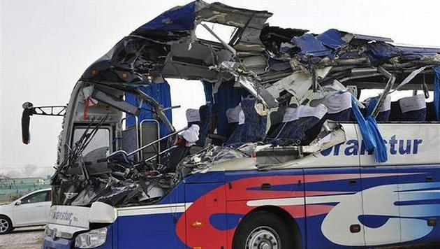 Die Front des Reisebusses wurde völlig zerstört. (Bild: APA/ESCAMBRAY/VICENTE BRITO)