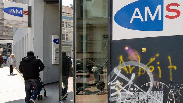 22.674 Flüchtlinge lassen Arbeitslosigkeit steigen (Bild: APA/HERBERT NEUBAUER)