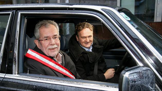 """Settele auf """"Wahlfahrt"""" mit Hofer & Van der Bellen (Bild: ORF)"""