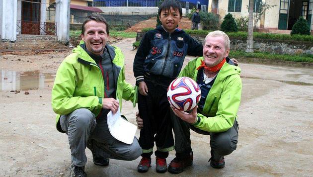 Obmascher (re.) mit Patenkind Tua und dem Schweizer Niggli am Ziel ihrer langen Reise in Vietnam (Bild: Hanna Molden/Simon Niggli)