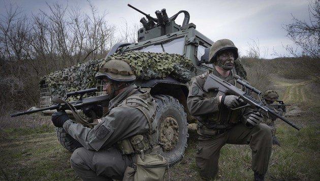 """Das Patrouillenfahrzeug """"Husar"""" mit Soldaten (Bild: HBF/Pusch)"""