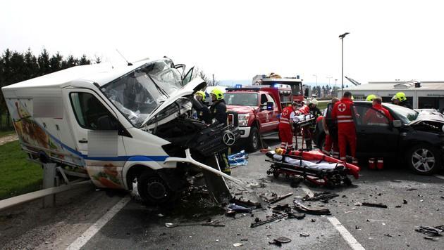 Klein-Lkw gegen Auto geprallt: Zwei Verletzte (Bild: APA/STADTFEUERWEHR TULLN)