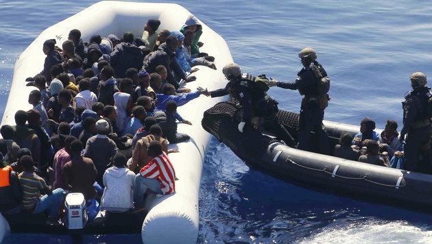Libyen: Flüchtlingsboot umgekippt - sieben Tote (Bild: AP)