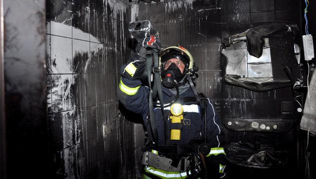 Das Bad der Wohnung in Plesching wurde ein Raub der Flammen. (Bild: APA/FF STEYREGG/PRESSESTELLE BFK UU)