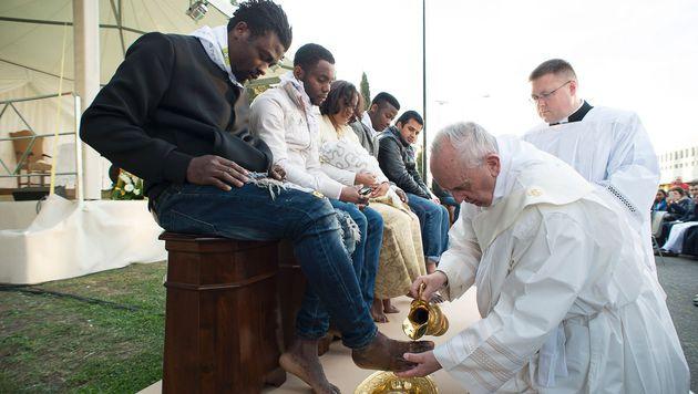 Ostern in Rom: Der Papst wäscht Flüchtlingen die Füße. (Bild: APA/AFP/STR)