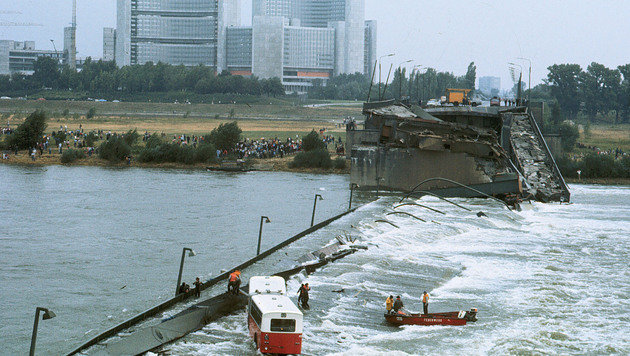 Dramatische Szenen 1976: Die zweite Reichsbrücke stürzt in sich zusammen. (Bild: VOTAVA)