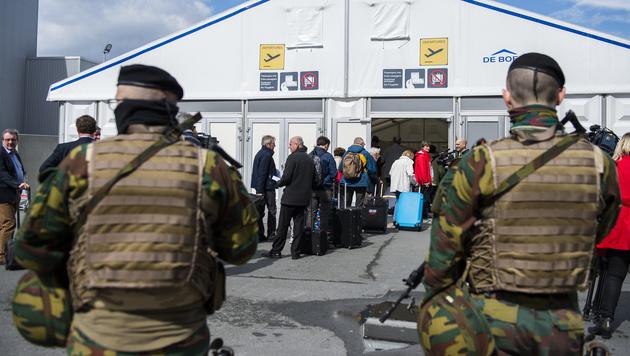 Erhöhte Sicherheitsvorkehrungen am Flughafen Zaventem. Der Betrieb wurde wieder aufgenommen. (Bild: AP)