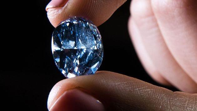 Blauer Diamant  um 28 Millionen Euro versteigert (Bild: APA/AFP/Leon Neal)