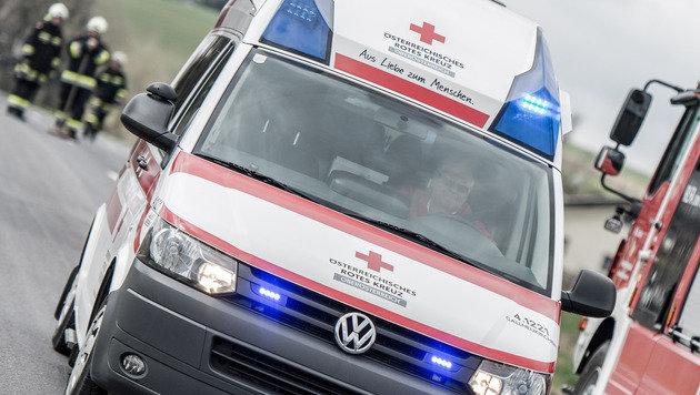 Der angefahrene Vater und der Autolenker mussten ins Spital. (Bild: fotokerschi)