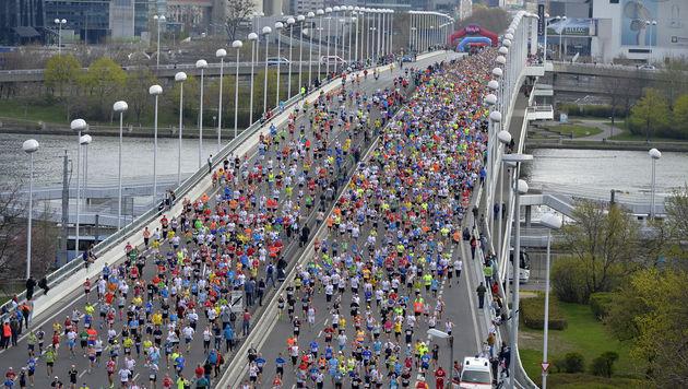 Beim Wien-Marathon laufen wieder 42.000 Sportler über die Reichsbrücke. (Bild: APA/HERBERT NEUBAUER)