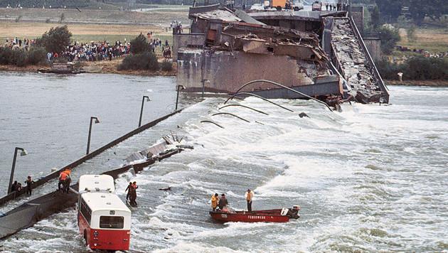 1. August 1976: Die zweite Reichsbrücke liegt in der Donau, es gab ein Todesopfer. (Bild: Votava)