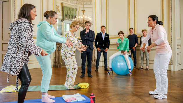 """Die """"Vorstadtweiber"""" bei der Schwangerschaftsgymnastik (Bild: ORF)"""