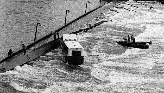 """Mit Booten näherte man sich der Unglücksstelle und dem """"Donaubus"""". (Bild: Walter Wobrazek)"""