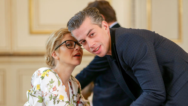 Hilde Dalik (Vanessa) mit Matthias Franz Stein (Günter), dem Sohn von Erwin Steinhauer (Bild: ORF)