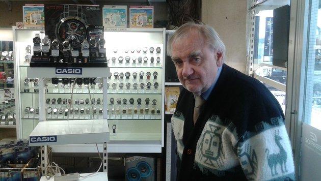Juwelier Erwin S. vor dem geplünderten Uhrenständer im Geschäft (Bild: Matthias Lassnig)