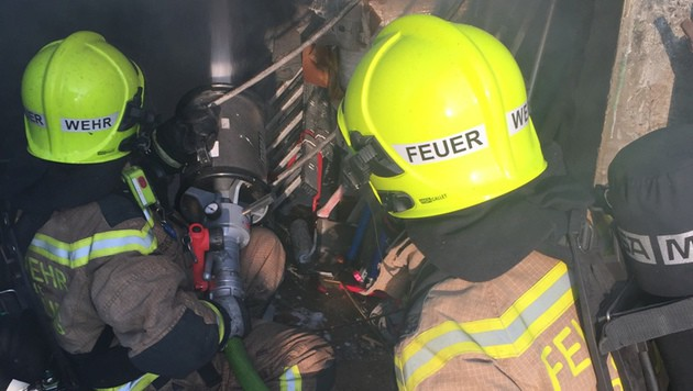 Die Feuerwehr rückte mehrmals zu Löscheinsätzen in den Gemeindebau in Korneuburg aus. (Bild: FF Korneuburg)