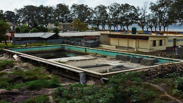 Der Pool im Inneren der Anlage. Der Luxus vergangener Tage ist verflogen. (Bild: Alexander Pawloff)