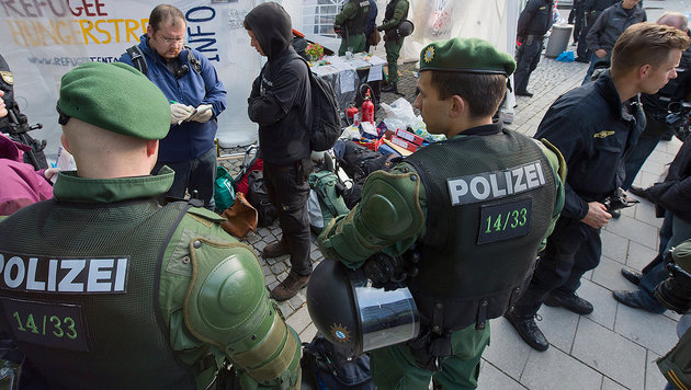 Deutsche Polizei nahm Fl�chtlingen 350.000 Euro ab (Bild: dpa/Peter Kneffel)