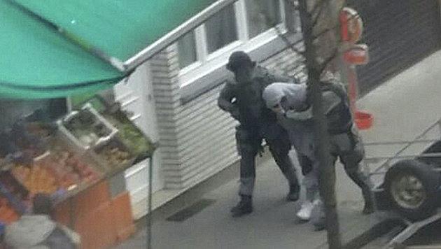 Salah Abdeslam wurde am 18. März in Molenbeek verhaftet - hier ein Bild von der Polizei-Razzia. (Bild: AP)
