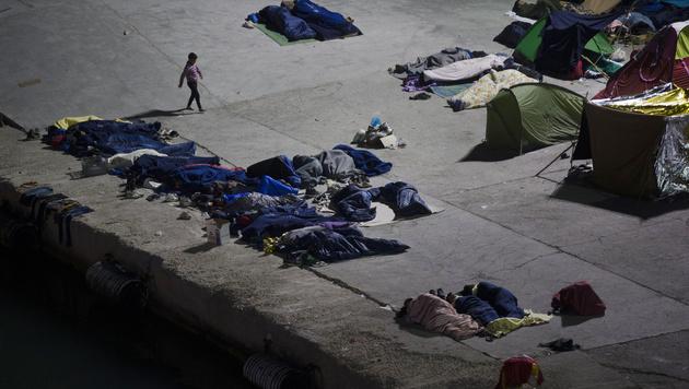 Auf der griechischen Insel Chios hatten Migranten einen Teil des Hafens besetzt. (Bild: AP)