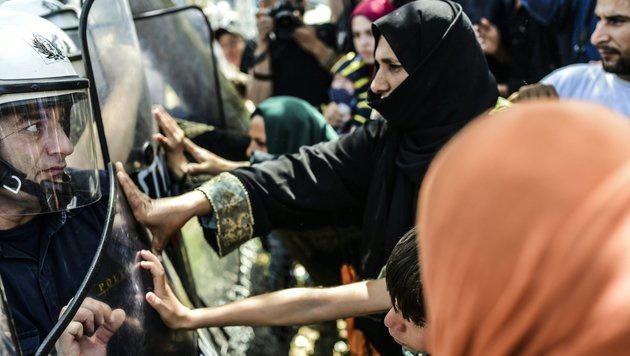 Migranten an der Grenze zu Mazedonien (Bild: APA/AFP/BULENT KILIC)