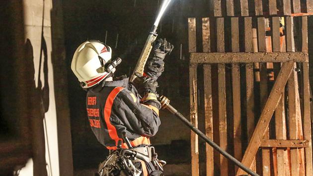 Einer der Feuerwehrmänner beim Löscheinsatz in dem Gebäudeanbau (Bild: MARKUS TSCHEPP)