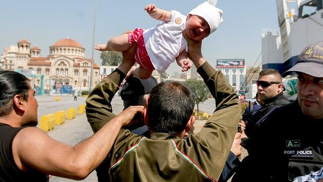 Flüchtling will Baby gegen Polizisten werfen (Bild: AP)