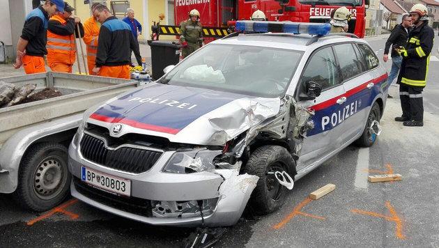 Schwer ramponiert wurde einer der Streifenwagen bei der Verfolgungsjagd durch den Bezirk Tulln. (Bild: FF Atzenbrugg)