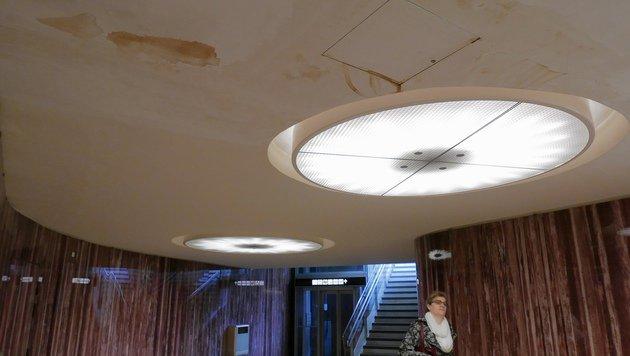 Wasserflecken in der undichten Opernpassage (Bild: Gerhard Bartel)
